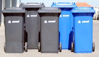 Bild: Altpapier- und Hausmüllbehälter