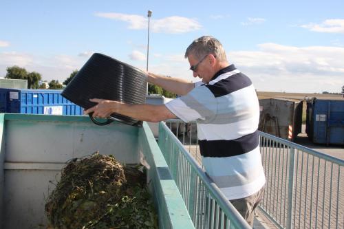 Bild: Abgabe von biologischen Abfällen auf dem Wertstoffhof