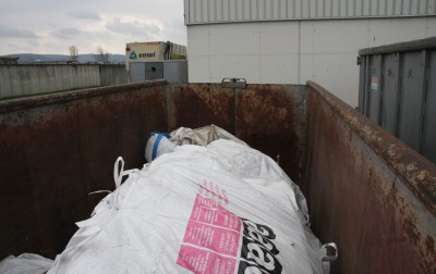 Blick in den Container: In Big Bags verpackte Asbestzementabfälle.