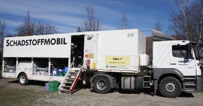 Bild: Ein Anlieferer gibt Schadstoffe am Schadstoffmobil ab.