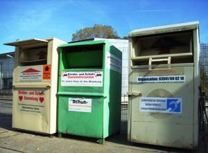 Bild: Altkleidercontainer auf einem Wertstoffhof.