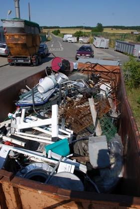 Bid: Container mit Altmetall auf dem Wertstoffhof.