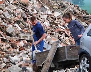 Bild: Bewohner des Landkreises liefern ihren Bauschutt an.