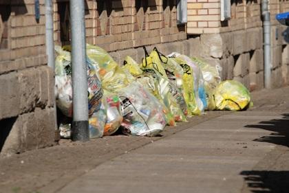 Bild: Gelbe Säcke liegen am Strassenrand zur Abholung bereit.