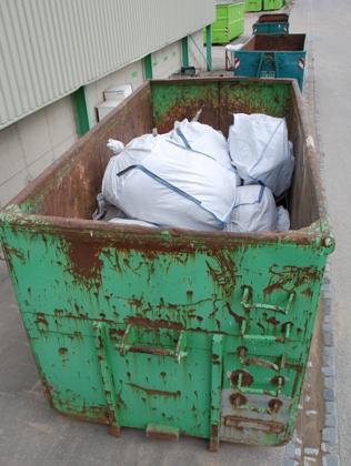 Bild: Künstliche Mineralfaserabfälle verpackt in Big Packs liegen in einem Container.