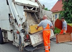 Bild: Mitarbeiter der Nordharz Entsorgung GmbH laden den angemeldeten Sperrmüll in ein Entsorgungsfahrzeug.